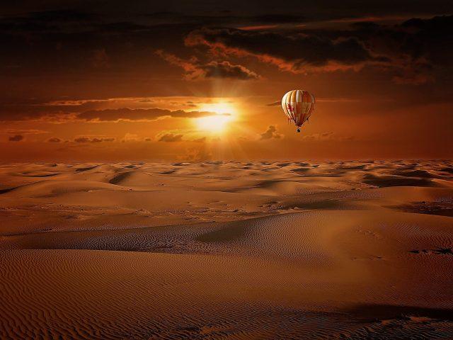 Obrazek - pustynia z balonem
